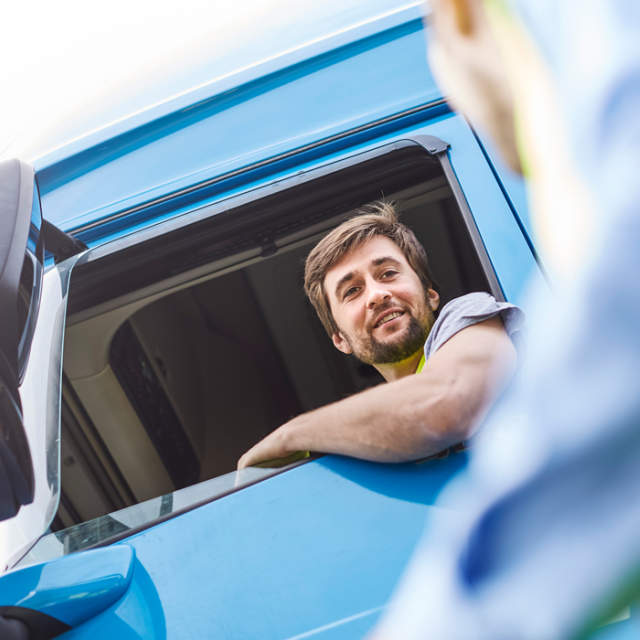 Lastwagenfahrer liefert CHEP Kunststoffpaletten für die erste Meile