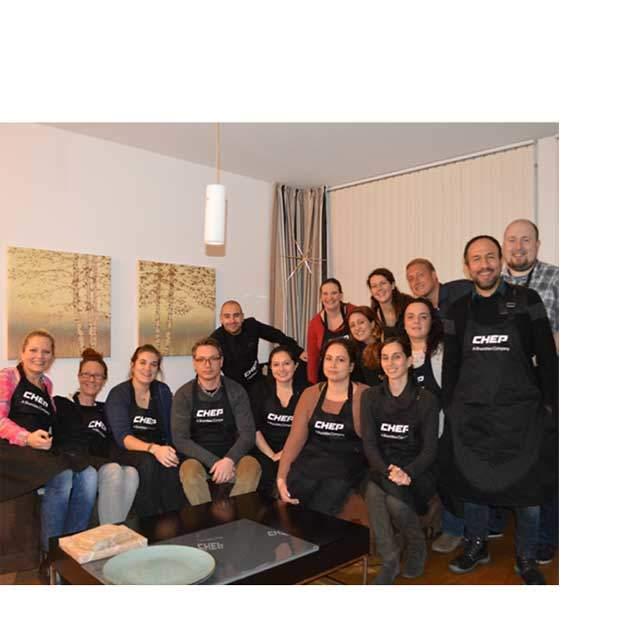 Das Kundenservice-Team beim Back-Event für die Kinderkrebshilfe